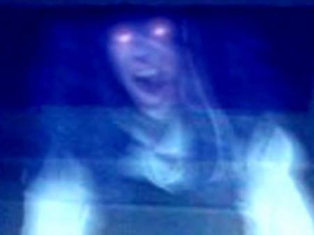 SUPRANATURAL. Femeie TRÂNTITĂ cu BRUTALITATE de o FANTOMĂ! DOVADA e pe camerele de supraveghere! (VIDEO)