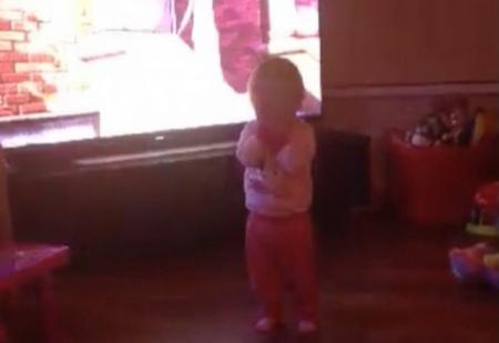 FENOMEN STRANIU. O fetiţă este împinsă la pământ de o forţă MISTERIOASĂ, spre STUPEFACŢIA părinţilor (VIDEO)