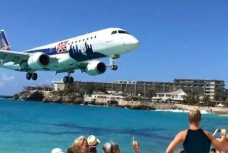 IMAGINI IREALE! Un avion zboară la câţiva metri deasupra unei plaje aglomerate din Caraibe (VIDEO)