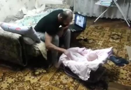 """Pisica GATA DE ORICE pentru a apara un bebelus """"agresat"""" de tatal sau (VIDEO)"""
