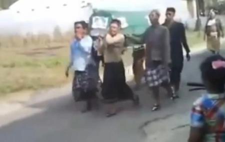 IMAGINI ŞOCANTE în Indonezia! Mortu' cade din coşciug în timpul procesiunii funerare (VIDEO)