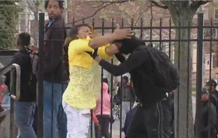 """Vezi cum se procedează când îţi găseşti fiul batându-se cu poliţiştii. Femeia a fost declarată """"Mama anului"""" (VIDEO)"""