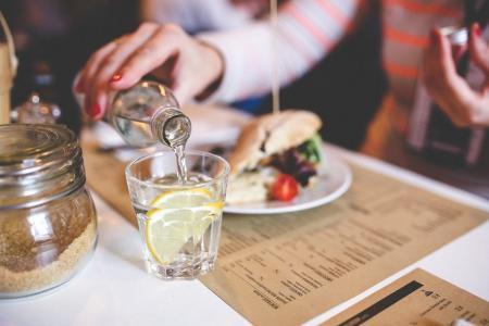 Beți apă în timpul mesei? Medicii ne explică de ce trebuie să renunțăm la acest obicei chiar acum