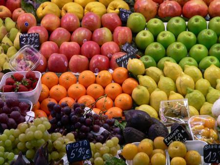 Fructul care conține cele mai multe pesticide este...