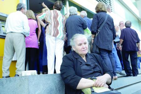 Peste 44.300 de români îşi pot pierde economiile