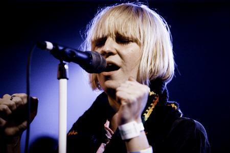 Sia, dată în judecată de fani
