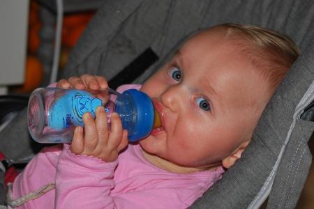 Cercetătorii afirmă: Apa poate fi FATALĂ pentru bebeluşi