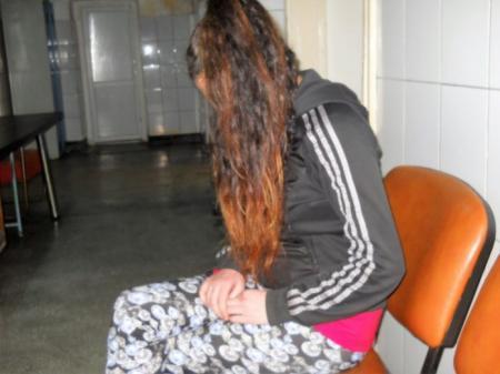 O adolescentă a fost răpită de pe stradă şi violată