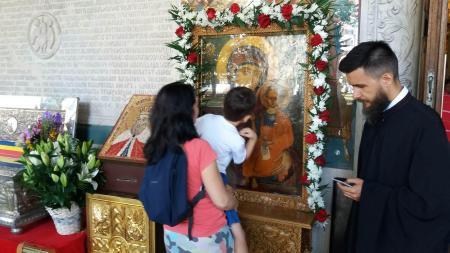 Sfaturi anti-coronavirus de la Patriarhia Română. Enoriașii pot evita temporar sărutarea icoanelor din biserică