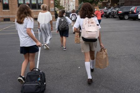 Ce fac părinții iresponsabili din SUA: Își trimit la școală, deliberat, copiii confirmați cu noul coronavirus