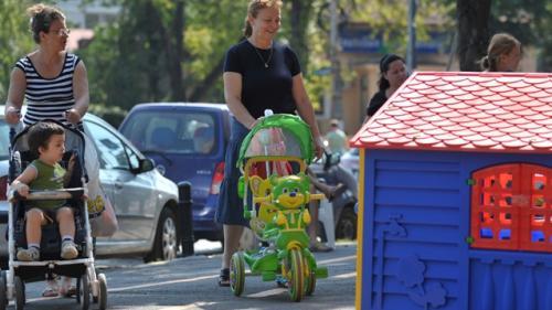 Presa belgiană: În România, criza ciunteşte concediul parental