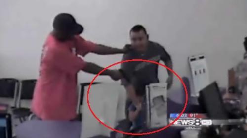 Un borfaş ameninţă cu pistolul o fetiţă de patru ani, în timpul unui jaf (VIDEO)