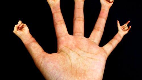 slăbind degetele)