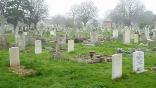 Bărbat care se dădea drept fantomă într-un cimitir, amendat de poliţie