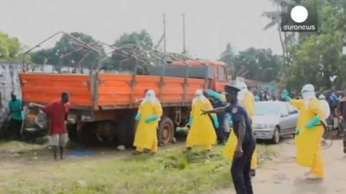 ŞOCANT. Bolnav de EBOLA, fugărit de medici într-o piaţă din Liberia. Bărbatul înfometat căuta mâncare (VIDEO)