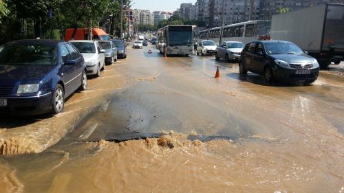 După Izvor, s-a rupt asfaltul şi la Tineretului. Apa Nova: O avarie la reţeaua de apă
