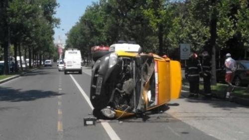 Accident spectaculos, în Bucureşti! Un TAXI s-a răsturnat, lângă Muzeul Satului