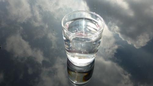 8 pahare cu apă în fiecare zi: mit sau realitate?