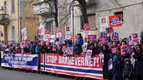 Protest la Ambasada Norvegiei din București. Copiii unor români stabiliți în Norvegia au fost luaţi de autorităţi