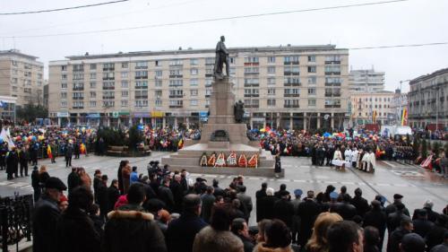 Iaşi - Câteva mii de persoane au venit în piaţă cu două ore mai devreme pentru a marca Ziua Unirii