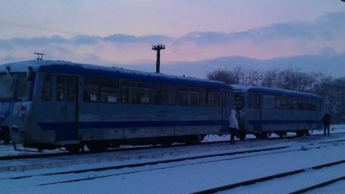 Se întâmplă în România. Un tren înţepenit din cauza gerului, împins de călători