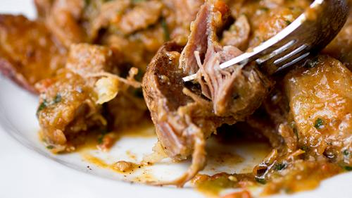Rețeta zilei de luni. Șnițele ardelenești de porc cu cartofi și laște (rețete românești pe gustul tău)