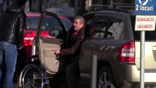 VIDEO VIRAL - Un actor de comedie clujean a testat reacţia şoferilor care parchează maşina pe locurile destinate persoanelor cu dizabilităţi