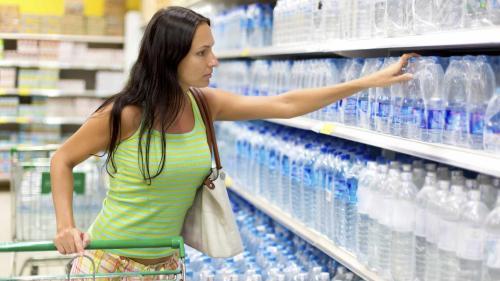 ALERTĂ în supermarketuri: Au fost descoperite cinci sortimente de apă care nu sunt bune pentru consum
