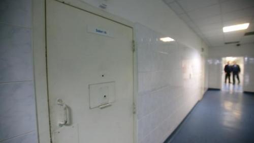 Anchetă la Penitenciarul Bacău: Un deţinut, condamnat pentru pedofilie, a ajuns la spital cu gâtul tăiat