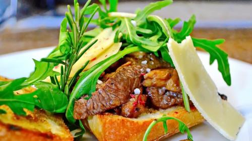 Chef Paul Siserman recomandă Ciabatta cu tagliata de vită, hribi, rucola și parmesan