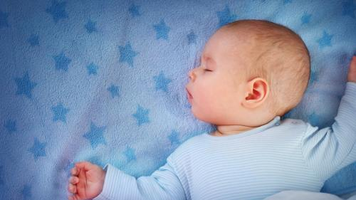 Sfatul Medicului: Care este cea mai bună poziție de dormit pentru bebeluși?