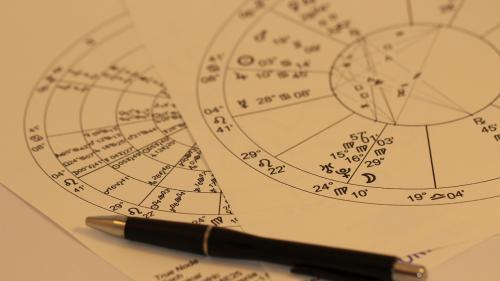 Horoscopul lunii februarie. Ce zodii au noroc în dragoste