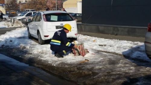 Prahova: 40 de persoane evacuate dintr-un supermarket după ce o maşină a avariat o ţeavă de gaze