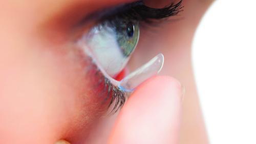 Porți lentile de contact și ai ochii uscați? Iată ce trebuie să faci