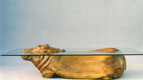 GALERIE FOTO - Un designer a creat măsuţe care lasă impresia unor animale pe jumătate scufundate în apă