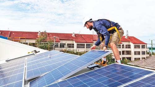 Autorizațiile pentru montarea panourilor solare pot dura şi 450 de zile!