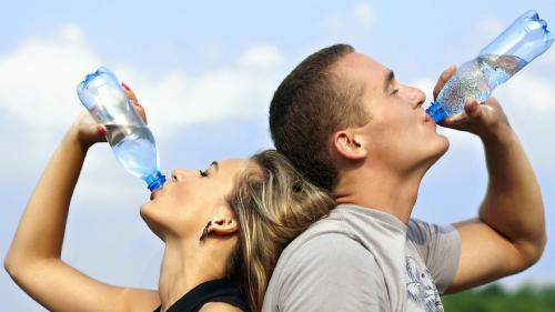 Cele 5 pahare cu apă din zi care fac minuni pentru siluetă și sănătate. Când trebuie să le bei