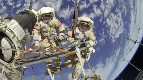Doi astronauţi de pe ISS au ieşit în spaţiu pentru lucrări de câteva ore