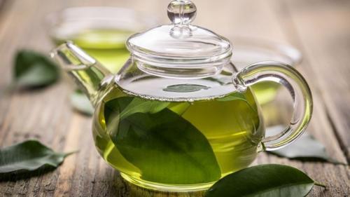 TRATAMENTE NATURISTE. Ceaiul verde, bun pentru femei dacă îl beau bărbații