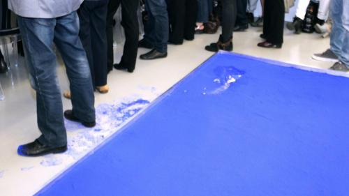 Sacrilegiu la o galerie de artă din Nisa. Un bărbat a călcat într-o lucrare a lui Yves Klein