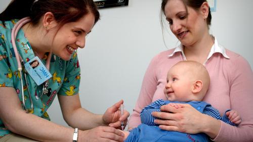 Colegiul Medicilor: O lege a vaccinării e foarte necesară; vaccinarea copiilor, una dintre priorităţile asistenţei sanitare