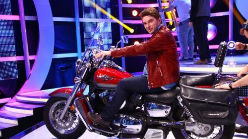 """Alex Vasilache își aduce motocicleta, un Kawasaki Vulcan,pe scena de la """"Te cunosc de undeva!"""""""