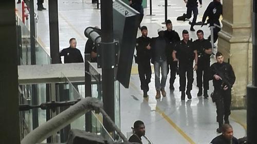 Un bărbat a fost arestat în Gara de Nord din Paris după ce a ameninţat poliţia cu un cuţit