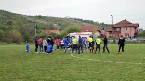 Momente dramatice în timpul unui meci din liga a IV-a. Un jucător s-a prăbușit fără suflare