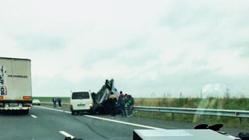 Pe autostrada Timișoara – Lugoj: un autovehicul care transporta o altă mașină s-a răsturnat