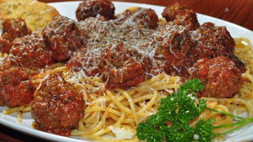 REŢETA ZILEI: Paste cu chifteluţe italieneşti, sos de roşii, parmezan şi mascarpone