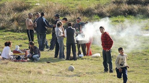 Grătarul, sport naţional al românilor de 1 Mai