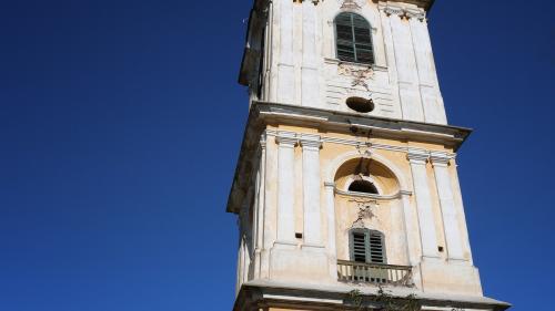 Poveştile turnurilor înclinate ale României
