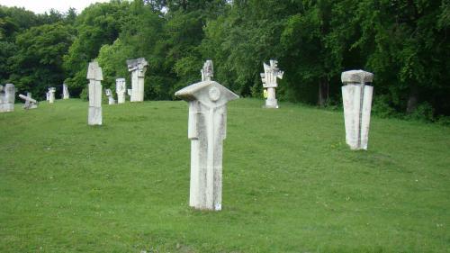 O lucrare a sculptorului Gheorghe Coman a fost distrusă de un copac