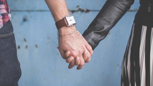 Ce spune testul ținerii de mână despre relația ta